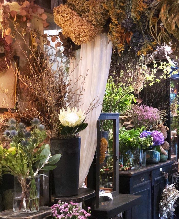 さまざまなお花に囲まれた店内